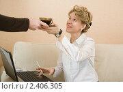 Купить «Деловой девушке протягивают чашку с кофе», фото № 2406305, снято 12 марта 2011 г. (c) Михаил Ворожцов / Фотобанк Лори