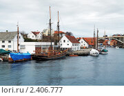 Купить «Двухмачтовое судно и яхты у причала в норвежском городе Хаугесунде», фото № 2406777, снято 6 марта 2011 г. (c) Михаил Марковский / Фотобанк Лори