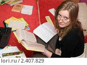 Купить «Девушка отвлеклась от подготовки к экзамену», фото № 2407829, снято 27 февраля 2011 г. (c) Pukhov K / Фотобанк Лори