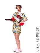 Молодая красивая домохозяйка со сковородой на белом фоне, фото № 2408381, снято 21 декабря 2010 г. (c) Мельников Дмитрий / Фотобанк Лори