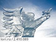 Купить «Ангел, выпускающий голубя. Ледяная фигура», фото № 2410089, снято 16 января 2011 г. (c) Ирина Игумнова / Фотобанк Лори