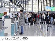 Купить «Очередь на регистрацию пассажиров эконом-класса в международном аэропорту Сочи», фото № 2410485, снято 16 марта 2011 г. (c) Анна Мартынова / Фотобанк Лори