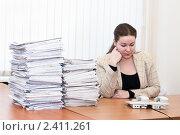 Купить «Женщина в офисе в ожидании звонка», фото № 2411261, снято 8 марта 2011 г. (c) Кекяляйнен Андрей / Фотобанк Лори