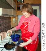 Купить «Женщина готовит на кухне», фото № 2411569, снято 19 февраля 2011 г. (c) Яков Филимонов / Фотобанк Лори