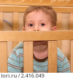 Купить «Мальчик в кроватке», фото № 2416049, снято 17 марта 2011 г. (c) Юлия Подгорная / Фотобанк Лори