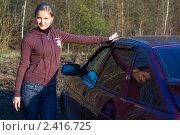 Купить «Красивая девушка возле машины на фоне леса», эксклюзивное фото № 2416725, снято 17 августа 2018 г. (c) Игорь Низов / Фотобанк Лори