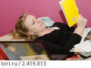 Купить «Девушка готовится к экзамену», фото № 2419813, снято 27 февраля 2011 г. (c) Pukhov K / Фотобанк Лори