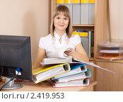 Купить «Деловая женщина изучает документы в кабинете», фото № 2419953, снято 12 марта 2011 г. (c) Яков Филимонов / Фотобанк Лори