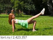 Купить «Молодая девушка занимается фитнесом на свежем воздухе», фото № 2423357, снято 6 августа 2009 г. (c) Олег Тыщенко / Фотобанк Лори