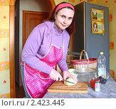 Купить «Женщина готовит постное блюдо из капусты», эксклюзивное фото № 2423445, снято 21 марта 2011 г. (c) Олеся Сарычева / Фотобанк Лори