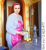 Купить «Женщина готовит драники», эксклюзивное фото № 2423477, снято 16 марта 2011 г. (c) Олеся Сарычева / Фотобанк Лори