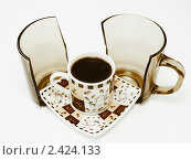 Купить «Чашка кофе на блюдце и разбитая кружка», фото № 2424133, снято 10 февраля 2011 г. (c) Gabidullin Oleg / Фотобанк Лори