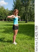 Купить «Блондинка выполняет спортивные упражнения на улице», фото № 2425169, снято 6 августа 2009 г. (c) Олег Тыщенко / Фотобанк Лори