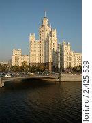 Купить «Сталинская высотка на Котельнической набережной», фото № 2425529, снято 29 сентября 2005 г. (c) Юлий Шик / Фотобанк Лори