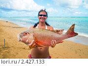 Женщина радуется большой рыбе (морской окунь) Стоковое фото, фотограф Ирина Кожемякина / Фотобанк Лори