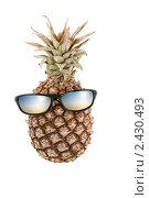 Купить «Ананас и очки в антропоморфной композиции, похожие на человеческую голову», фото № 2430493, снято 23 ноября 2019 г. (c) AlphaBravo / Фотобанк Лори