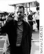 Бомж на остановке автобуса, м.Юго-Западная, 1989г. Редакционное фото, фотограф Андрей Константинов / Фотобанк Лори