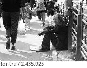 Купить «Нищий на остановке, м. Киевская, 1992», фото № 2435925, снято 22 сентября 2018 г. (c) Андрей Константинов / Фотобанк Лори