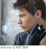 Курящий молодой человек. Стоковое фото, фотограф Сергей Павлов / Фотобанк Лори