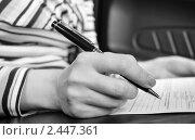 Купить «Подписание документа (Фокус на авторучке). Чёрно-белое фото», эксклюзивное фото № 2447361, снято 14 мая 2008 г. (c) Алёшина Оксана / Фотобанк Лори