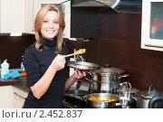 Купить «Женщина готовит еду на кухне», фото № 2452837, снято 2 апреля 2011 г. (c) Кекяляйнен Андрей / Фотобанк Лори