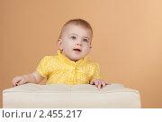 Купить «Студийный портрет девочки в жёлтой футболке на белом пуфике», фото № 2455217, снято 19 ноября 2010 г. (c) Екатерина Упит / Фотобанк Лори