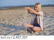 Купить «Радостная девушка на пляже», фото № 2457397, снято 19 августа 2018 г. (c) Corwin / Фотобанк Лори