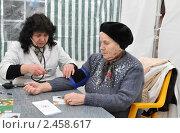 Купить «Выездной медосмотр: проверка артериального давления», эксклюзивное фото № 2458617, снято 9 апреля 2011 г. (c) Анна Мартынова / Фотобанк Лори