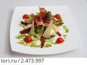 Оригинальный салат из зелени, сыра, помидоров и мяса. Стоковое фото, фотограф Александр Черемнов / Фотобанк Лори