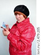 Купить «Пенсионерка проверяет подлинность тысячерублевой купюры», эксклюзивное фото № 2479205, снято 17 апреля 2011 г. (c) Анна Мартынова / Фотобанк Лори