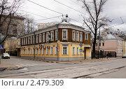 Купить «Старый двухэтажный деревянный дом», фото № 2479309, снято 17 апреля 2011 г. (c) Андрей Ерофеев / Фотобанк Лори