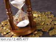 Купить «Песочные часы и монеты», фото № 2485477, снято 18 мая 2019 г. (c) Воронин Владимир Сергеевич / Фотобанк Лори