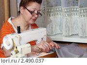 Купить «Портниха - женщина шьет одежду на дому», фото № 2490037, снято 25 апреля 2018 г. (c) Андрей Аркуша / Фотобанк Лори
