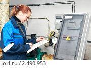 Купить «Женщина-инженер записывает показания приборов», фото № 2490953, снято 9 июля 2018 г. (c) Дмитрий Калиновский / Фотобанк Лори