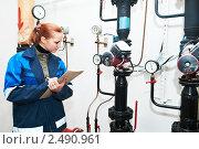 Купить «Девушка-инженер снимает показания приборов», фото № 2490961, снято 21 августа 2018 г. (c) Дмитрий Калиновский / Фотобанк Лори