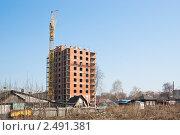 Купить «Строительство нового дома на фоне ветхого жилья», эксклюзивное фото № 2491381, снято 16 апреля 2011 г. (c) Михаил Павлов / Фотобанк Лори