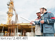 Купить «Инженеры-строители на рабочей площадке», фото № 2491401, снято 21 ноября 2019 г. (c) Дмитрий Калиновский / Фотобанк Лори