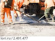 Купить «Асфальтные работы», фото № 2491477, снято 6 марта 2019 г. (c) Дмитрий Калиновский / Фотобанк Лори