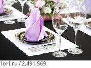 Купить «Сервированный стол в ресторане», фото № 2491569, снято 20 октября 2018 г. (c) Дмитрий Калиновский / Фотобанк Лори