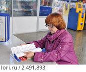 Купить «Пенсионерка на почте листает подписной каталог», эксклюзивное фото № 2491893, снято 22 апреля 2011 г. (c) Анна Мартынова / Фотобанк Лори