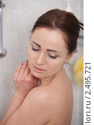Купить «Красивая девушка принимает душ», фото № 2495721, снято 30 сентября 2018 г. (c) Мельников Дмитрий / Фотобанк Лори