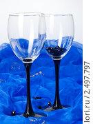 Два бокала на синей ткани. Стоковое фото, фотограф Виктория Кононова / Фотобанк Лори