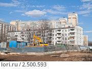 Купить «Москва. Старая пятиэтажка и новостройки в Солнцево», эксклюзивное фото № 2500593, снято 22 апреля 2011 г. (c) Lora / Фотобанк Лори