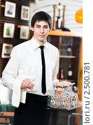 Купить «Официант в ресторане», фото № 2500781, снято 18 августа 2019 г. (c) Дмитрий Калиновский / Фотобанк Лори