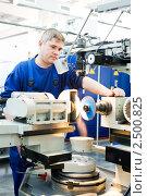 Купить «Рабочий контролирует процесс обработки», фото № 2500825, снято 17 февраля 2019 г. (c) Дмитрий Калиновский / Фотобанк Лори
