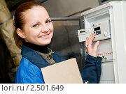 Купить «Девушка-инженер снимает показания с приборов учета», фото № 2501649, снято 21 октября 2018 г. (c) Дмитрий Калиновский / Фотобанк Лори