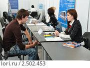 Купить «Соискатель должности и работодатель на ярмарке вакансий», эксклюзивное фото № 2502453, снято 28 апреля 2011 г. (c) Анна Мартынова / Фотобанк Лори