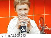 Ребенок собирается пить воду из-под крана. Стоковое фото, фотограф Надежда Щур / Фотобанк Лори