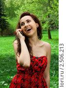 Счастливая девушка с мобильным телефоном в парке. Стоковое фото, фотограф Анисимов Леонид / Фотобанк Лори