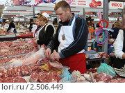 Купить «Прилавок со свежим мясом на рынке», эксклюзивное фото № 2506449, снято 11 декабря 2010 г. (c) Дмитрий Неумоин / Фотобанк Лори
